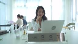 스타트업비즈니스 환하게 웃는 여성 CEO 모습