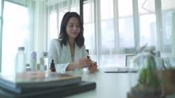 스타트업비즈니스 제품 테스트하는 여성 CEO 모습