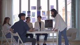 스타트업비즈니스 아이디어 회의하는 청년들과 여성 CEO 모습