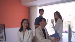 스타트업비즈니스 환하게 웃는 청년들과 여성 CEO 모습