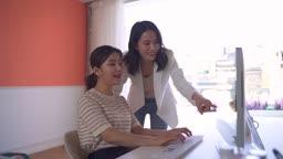 스타트업비즈니스 회의하는 청년과 여성 CEO 모습