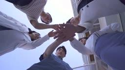 스타트업비즈니스 손을 모아 파이팅 하는 청년들 모습