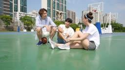 운동 도심 농구장에서 대화하며 휴식을 취하고 있는 젊은 친구들 모습