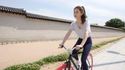 운동 도심 자전거 타는 젊은 여자 모습