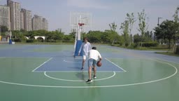 운동 도심 농구장에서 농구를 즐기는 젊은 친구들 모습