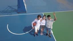 운동 도심 농구장에서 어깨동무하며 카메라 응시하는 젊은 친구들 모습