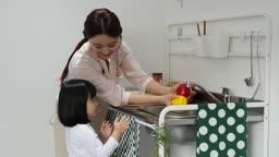 주방 엄마와 딸 주방놀이 하는 모습