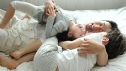 가족 침대에서 장난치며 노는 모습