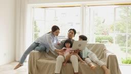 가족 거실에서 재택근무 하며 힘들어하는 남편 모습