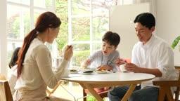 가족 식탁에서 식사하는 모습