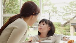 가족 식탁에서 뽀뽀하는 엄마와 딸 모습