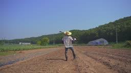 귀농귀촌 농사 농기구 들고 있는 청년 뒷 모습