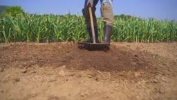 귀농귀촌 농사 농기구 들고 밭갈이 하고 있는 청년 모습