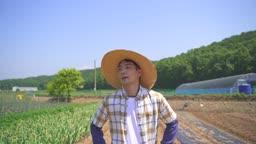 귀농귀촌 농사 밭을 걷고 있는 청년 모습
