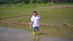 귀농귀촌 농사 밭에서 모종 들고 카메라 응시하는 청년 모습
