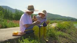 귀농귀촌 농사 길거리에 앉아서 술 한 잔 따르는 부부 모습