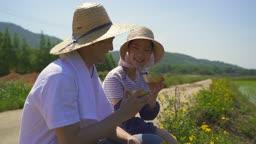 귀농귀촌 농사 길거리에 앉아서 술 한 잔 마시는 부부 모습