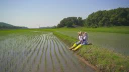 귀농귀촌 농사 밭에 앉아서 과일 먹고 있는 부부 모습