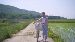 팜캉스 농촌 자전거 끌고 산책하는 젊은여자 모습