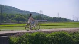 팜캉스 농촌 자전거 타고 다니는 젊은여자 모습