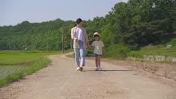 팜캉스 농촌 엄마와 딸 산책하는 모습