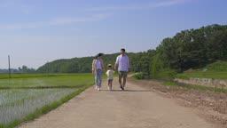팜캉스 농촌 가족 산책하는 모습