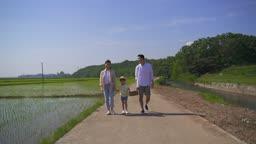 팜캉스 농촌 가족 과일 바구니 들고 산책하는 모습