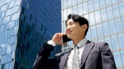도심 스마트폰 통화하는 비즈니스맨 모습