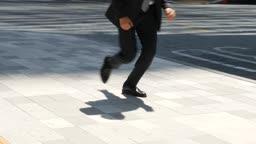도심 뛰어가는 비즈니스맨 그림자 모습
