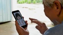 스마트폰 보며 화상통화하는 할아버지 모습
