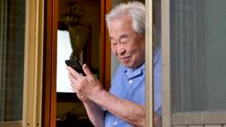 스마트폰 하면서 즐거워하는 할아버지 모습
