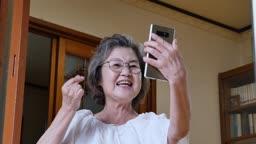 스마트폰 보며 화상통화하는 할머니 모습
