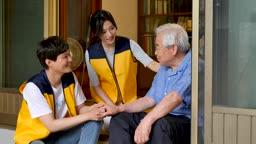 재능기부 마루에 앉아서 대화를 나누는 젊은이들과 할아버지 모습