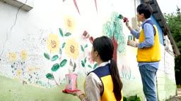 재능기부 벽화를 그리는 젊은이 모습