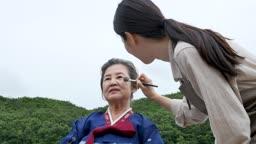 재능기부 화장을 도와드리는 젊은여자 모습
