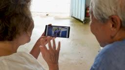 스마트폰 보며 화상통화하는 노부부 모습