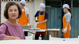 재능기부 배식을 도와드리는 젊은여자 모습