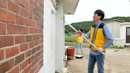 재능기부 페인트칠하는 젊은이 모습