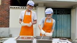 재능기부 배식을 도와드리는 젊은이 모습