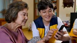 재능기부 스마트폰 교육을 하는 젊은이 모습
