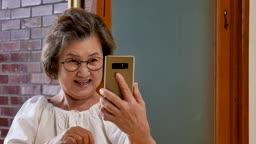 스므트폰 보며 즐거워하는 할머니 모습