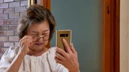 스마트폰 보며 힘들어하는 할머니 모습