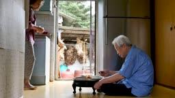 주방에 앉아 식사하는 노부부 모습