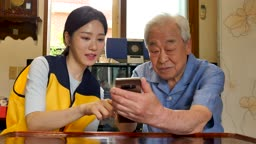 재능기부 스마트폰 교육을 하는 젊은여자 모습