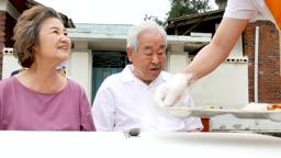 재능기부 배식을 도와드리는 젊은남자 모습