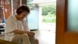 관절 아픔을 호소하는 할머니 모습