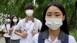 사회적 거리두기 실천 중인 교복을 입은 청소년들 모습