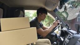 핸드폰으로 택배 배송지 확인하는 택배기사