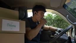 택배 배송 차량 안에서 김밥먹는 택배기사