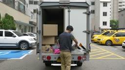택배 상자 옮기는 택배기사